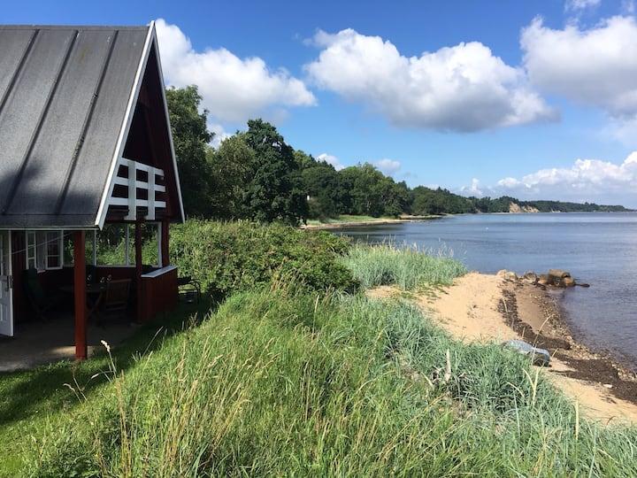 Unikt placeret sommerhus 5 meter fra vandkanten.