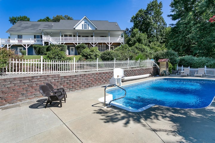 Brook Knoll · Beautiful Mtn Retreat with Heated Pool Near Asheville!