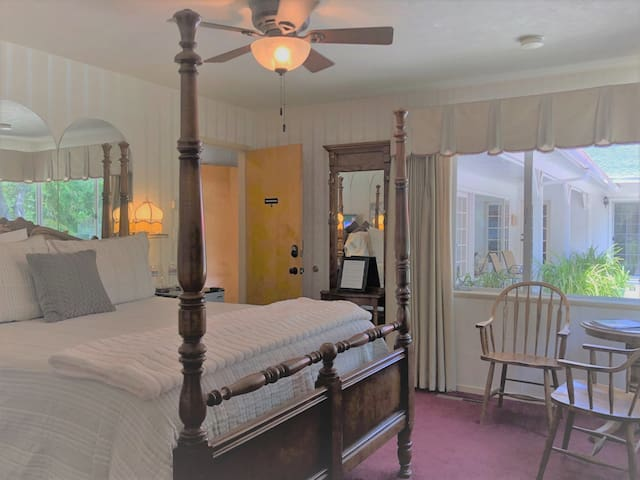 Royal Oak Room | Queen Bed w/Private Bathroom