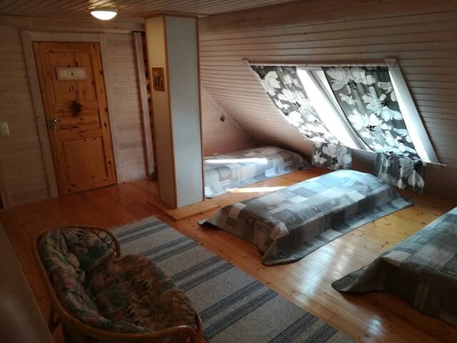 Loft with 3 single floor mattresses. Parvi, jossa on patjat kolmelle hengelle. Лофт с напольными матрасами для троих.