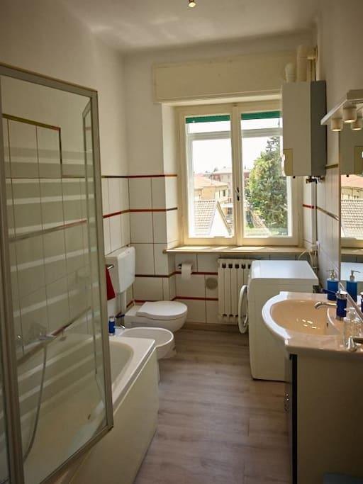 Il bagno dotato di vasca. Sono disponibili la lavatrice e l'asciugacapelli.