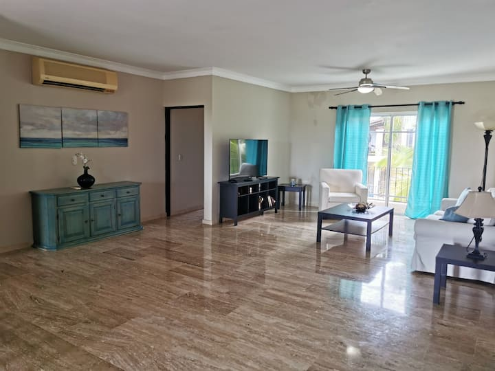Beautiful apartment with private beach access!