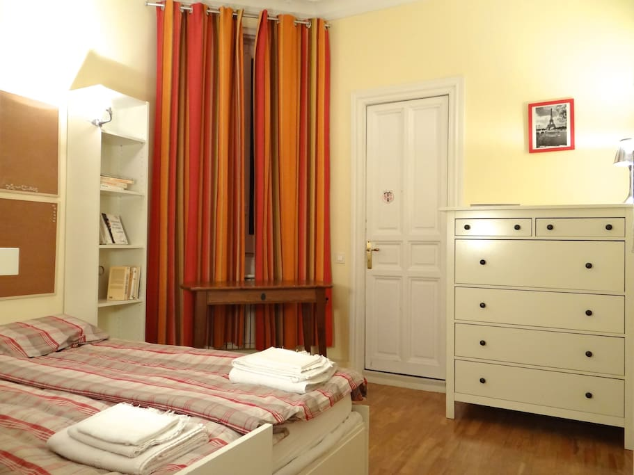 Window opening on a patio - Bedroom 14 m² for up to 2 people - single/double bed