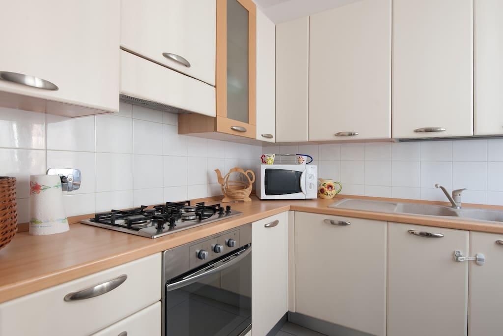 In cucina puoi trovare forno elettrico, forno a microonde, frigorifero e freezer, lavastoviglie e ogni strumento per la cucina