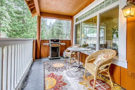 Large townhome on golf course w/ fireplace & deck - near Lake Wenatchee!