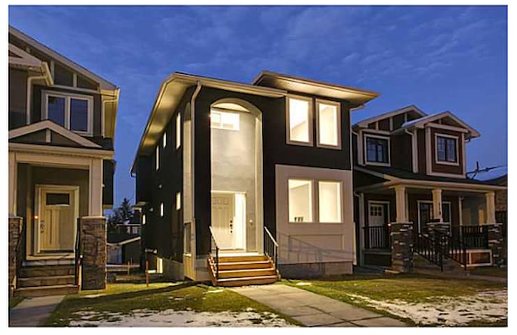 Modern Private Suite mins to D/T central location - Calgary - Apartemen