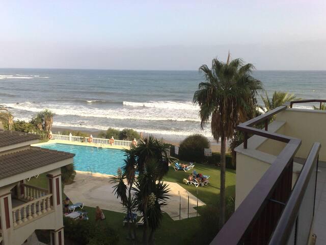 Primera línea de playa con vistas al mar y piscina - Mijas - Condominio