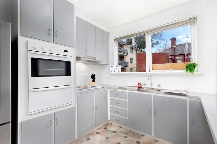 NEWLY RENOVATED Art Deco-StKilda 2BED+WIFI+CarPark - Saint Kilda West