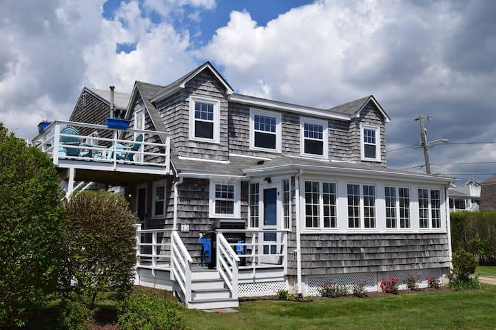 Pt Judith beach house. Water views & walk to beach