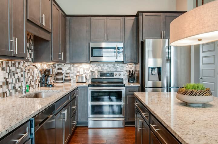 LUXURY HOME - PRIME LOCATION WITH 11 BEDS!