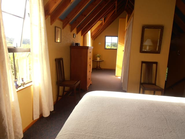Leafy Lane Accommodation Upstairs room - Upper Moutere - Aamiaismajoitus