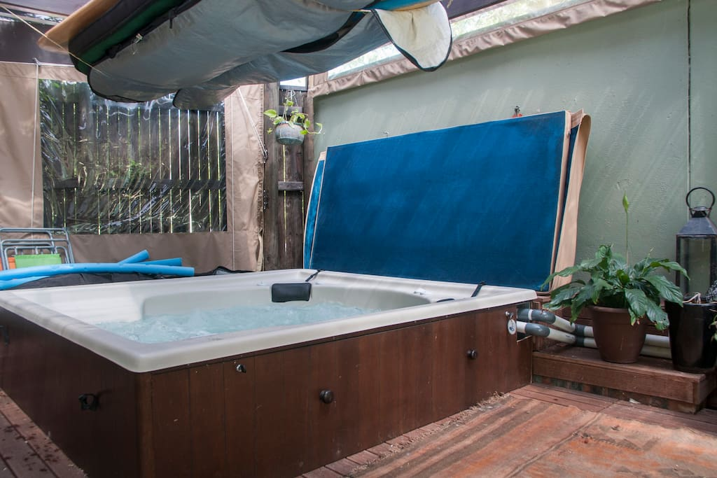 Rustic and calm setting. Huge jacuzzi .