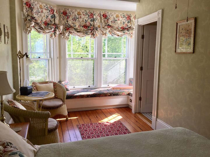 Sunrise Room: Victorian By The Sea B&B (pr.bath)