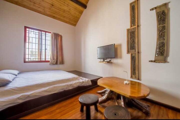 楼上的独立卧室,装修古朴自然,配备独立的卫生间,复合式一大一小两个床,带阁楼,阁楼带天窗,可以看星星月亮!