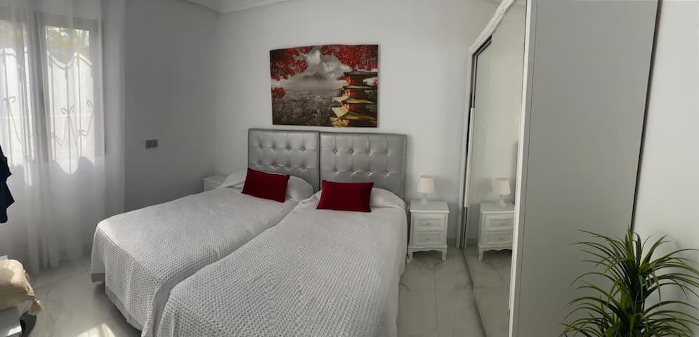 Habitación con doble cama  , armario .La habitación tiene en su interior baño con ducha.