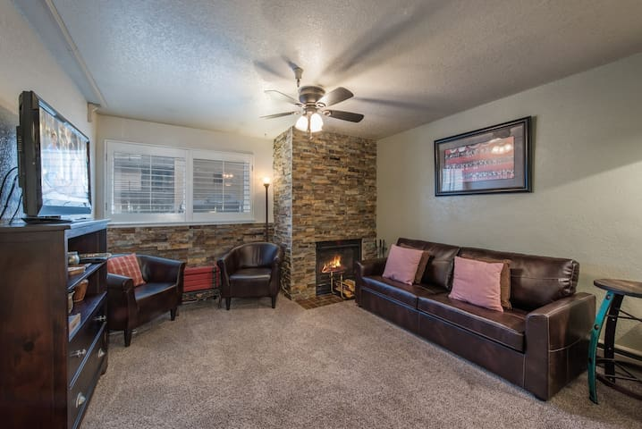 SANITIZED-Cozy Carriage House! - Fireplace-Hot Tub-Heated Pool-WiFi - By PADZU
