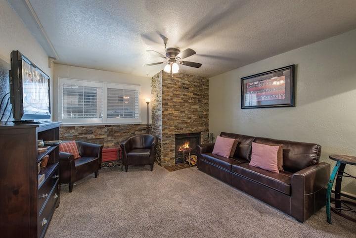 SANITIZED-Cozy Carriage House! - Fireplace-Hot Tub-Heated Pool-WiFi - By PADZU