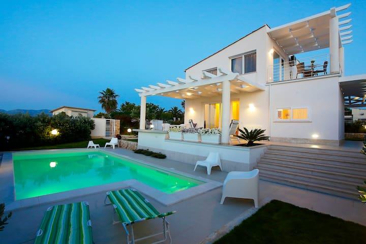 Villa Blanca, con giardino e piscina indipendente.
