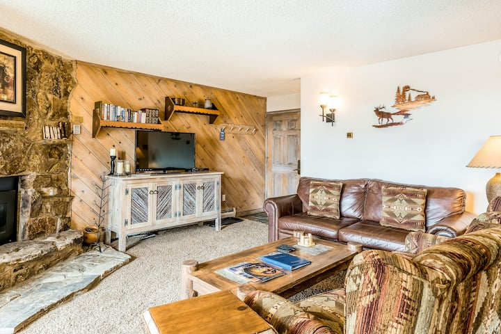 Two-story suite w/partial AC, washer/dryer, shared pool/hot tub -walk to gondola