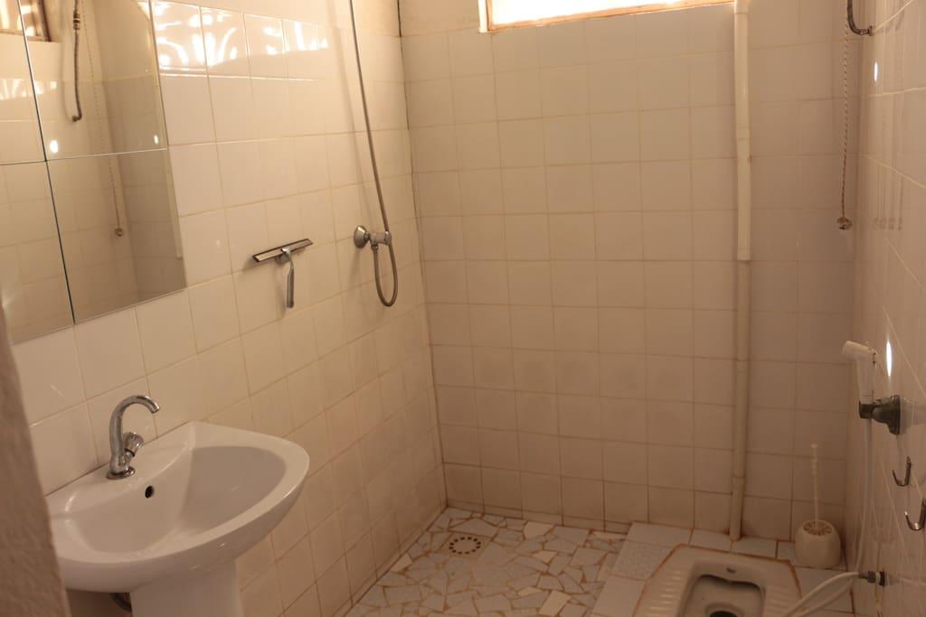 Badezimmer ganz in Weiss