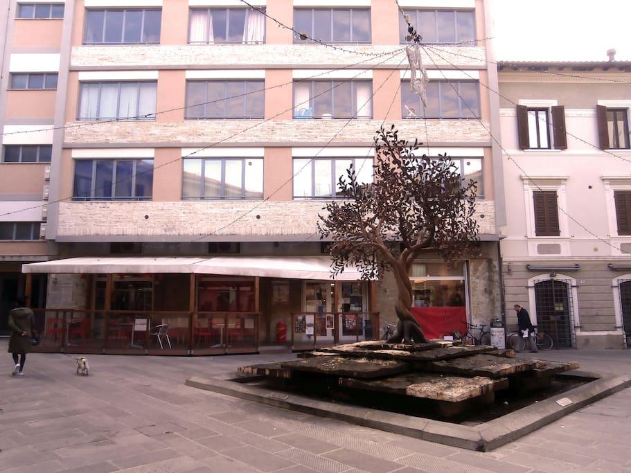 Il palazzo visto dall'esterno / The building from the outside