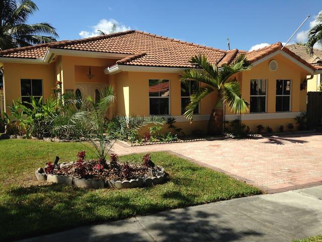The Lago Mar House, Beautiful Miami Home Sleeps 13