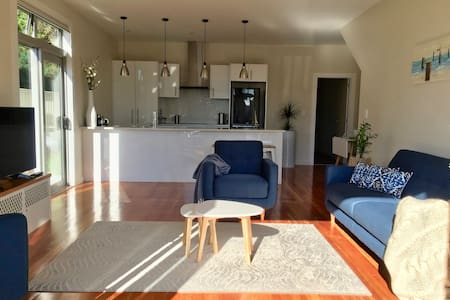Number 12 - modern, spacious and sunny in Ahuriri
