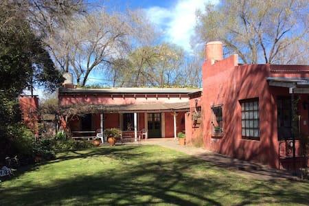 Antigua casona, con parrilla y piscina. - San Antonio de Areco