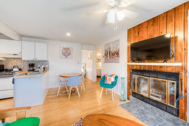 Cozy, family-friendly, lakeview condo w/ a gas grill & firepit
