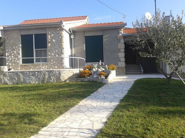 Comfy holiday home with pool - Dugopolje