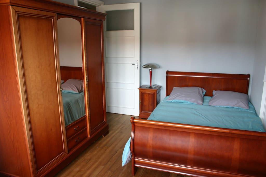 chambre avec salle de bains privative et garage louer calais nord pas de calais picardie. Black Bedroom Furniture Sets. Home Design Ideas