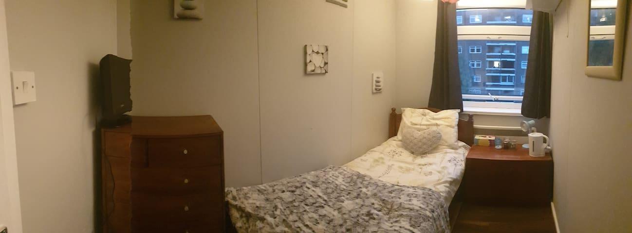 Cosy single room, good location