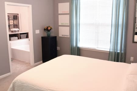 Spacious master Suite w/ private bath on 1st floor - Chesapeake - Maison de ville