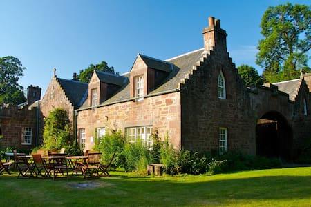 Redwood Cottage, Fingask Castle, Rait, Perthshire - Rait - Inny