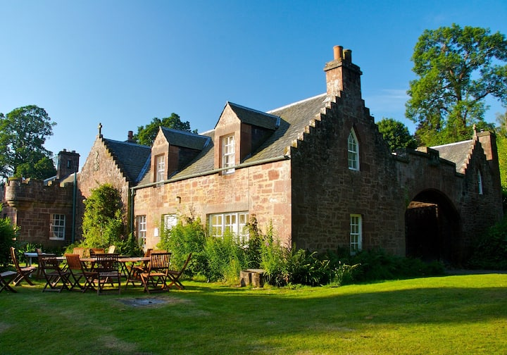 Redwood Cottage, Fingask Castle, Rait, Perthshire