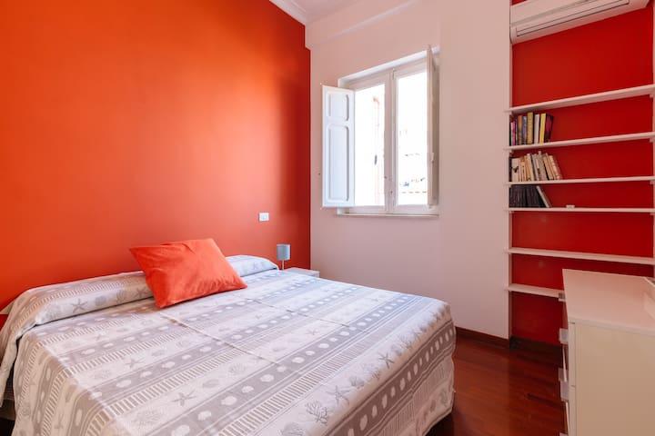 luminosa e colorata stanza da letto
