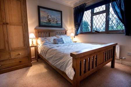 Comfy room in family home. - Fetcham - Bed & Breakfast