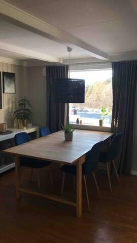 Spisestue med stort spisebord med ileggingsplate, plass til 8 stk rundt bordet