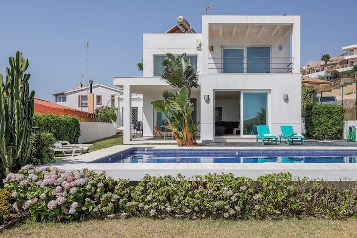 Villa  de diseño con piscina frente al mar wifi