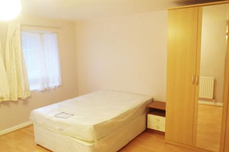 Beautiful Room next to Hounslow TubeStation - Hounslow