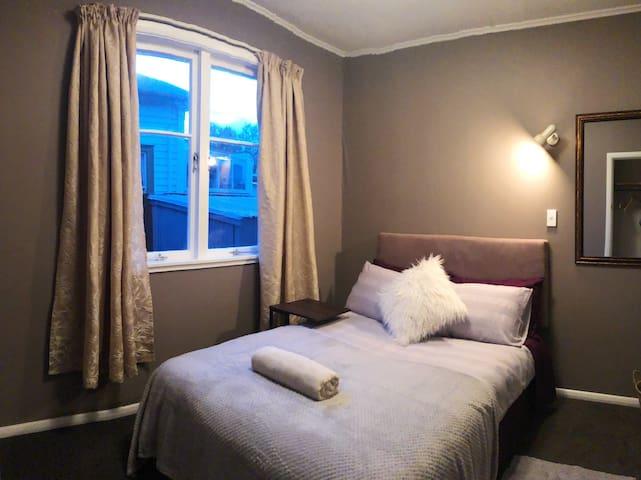 Tiny double room in few mins to Hamilton Garden