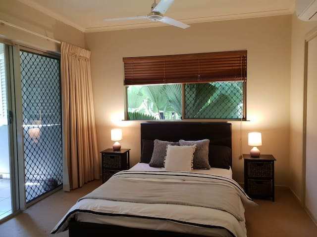 Tropical resort living - cosy room - poolside BBQ!