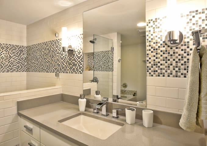 Central MidCenturyModern luxury; private room/bath