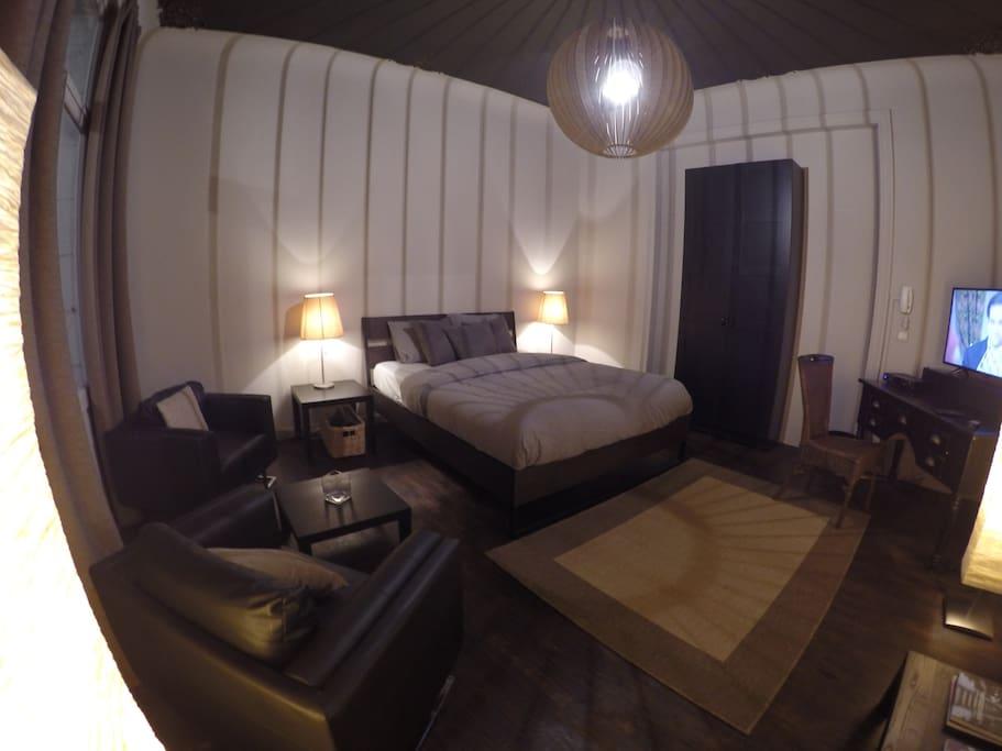 Pièce spacieuse de 25 m2 avec coin salon, TV ,bureaux.