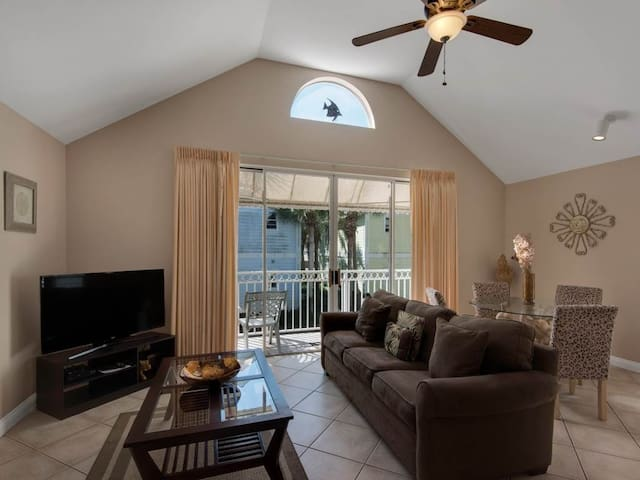 Bright, open cottage, Steps to the gulf, Minutes to entertainment