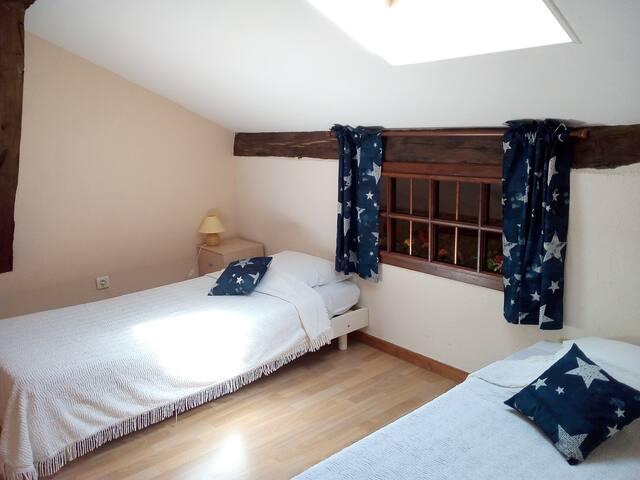 Chambre 2 sous toit avec ses deux lits de 90cm