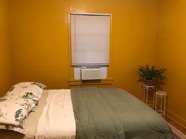 Comfy bedroom near Hollywood/Melrose/Koreatown