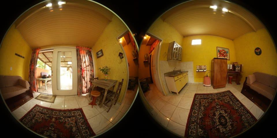 Suíte c/ quarto duplo e cozinha 800m da Lagoa.