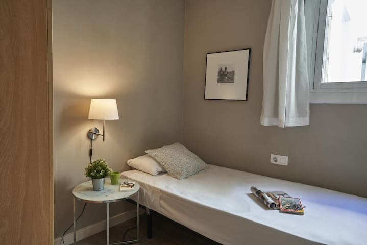 Single room in Eixample-amazing flat