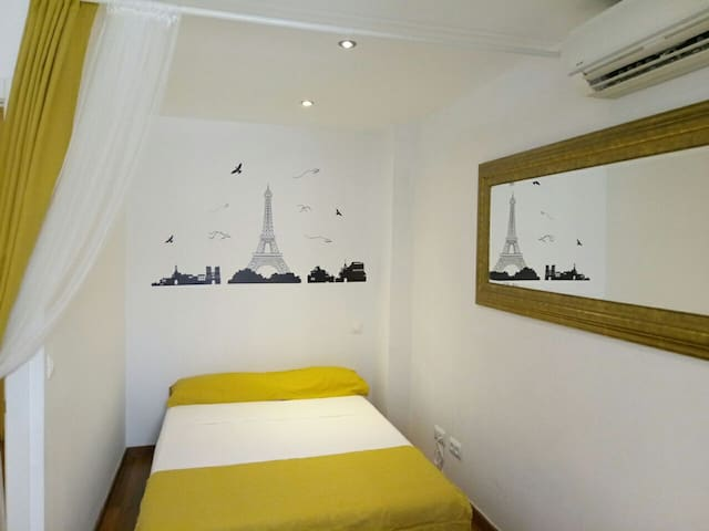 BIG ROOM NEAR LA RAMBLA AND PASEO DE GRACIA